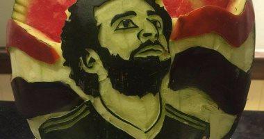 """شيف فى بورسعيد ينحت صورة """"محمد صلاح"""" على """"بطيخة"""" تقديرا لإنجازاته"""