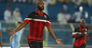 شيكابالا يتلقى التهنئة من جهاز المنتخب واللاعبين بعد هدفه فى غانا