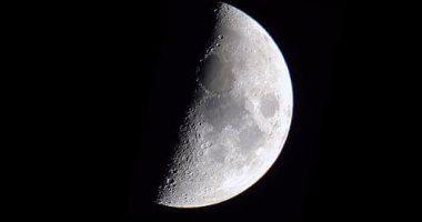 قمر التربيع الأول يزين سماء مصر والوطن العربى الليلة