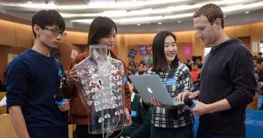 مارك زوكربيرج يلتقى مجموعة من الطلاب بجامعة تسينجهوا بالصين