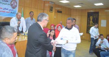 محافظ المنيا يسلم 50 عقد عمل لشباب جمعية النور لمتحدى الإعاقة