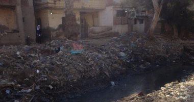القمامة والحيوانات النافقة تغطيان ترعة قرية البصارطة بدمياط