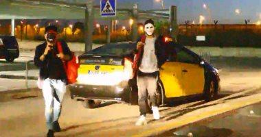 """نيمار يغادر مطار برشلونة بـ""""قناع"""" بعد زيارة خاطفة للبارسا"""