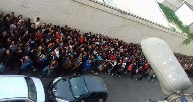 بالصور.. تجمع آلاف الطلاب الجزائرين حول المركز الثقافى الفرنسى