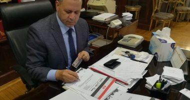 """رئيس مجلس إدارة دار التحرير يوقع على استمارة """"علشان تبنيها"""""""