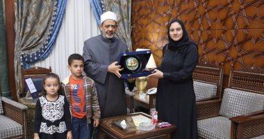 شيخ الأزهر لزوجة الشهيد أحمد منسى: شهداء مصر يخطون بدمائهم دروس التضحية والفداء