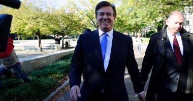 بالصور..رغم وضعه قيد الإقامة الجبرية..مدير حملة ترامب يخرج من المحكمة مبتسما