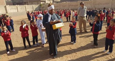 بالصور.. مدير مدرسة بالشرقية يرتدى الجلباب ويلعب دور تاجر  ليعلم الأطفال