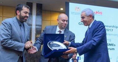 وزير الصناعة يتسلم جائزة الأكثر تأثيرا فى تنمية المشروعات الصغيرة