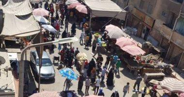 الباعة الجائلون يحتلون شارع يحيى بمحافظة السويس.. صور
