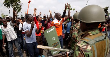 كينيا تعتقل شرطيين بعد واقعة إطلاق نار وتبدأ تحقيقا