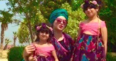 البنت طالعة لأمها.. سارة اختارت نفس الأزياء الخاصة بها لبناتها