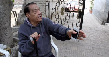 """حلمى بكر يصرخ: """"الكهرباء عايزة تدخل 27 خط عالى فى بيتى ومش عارف أروح فين""""(صور وفيديو)"""