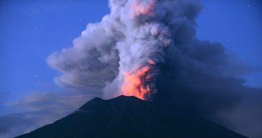 صور.. إندونيسيا تغلق مطار بالى لليوم الثالث بسبب الرماد البركانى