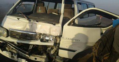 أوناش المرور ترفع حطام حادثى تصادم 4 سيارات بمحور المليون شجرة ودائرى المعادى