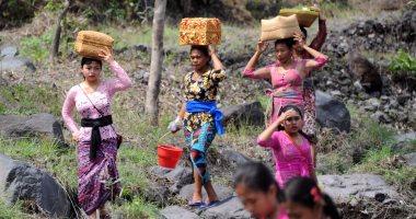 """إندونيسيون يهرعون للصلاة بالمعابد خوفا من ثوران بركان """"أجونج"""""""