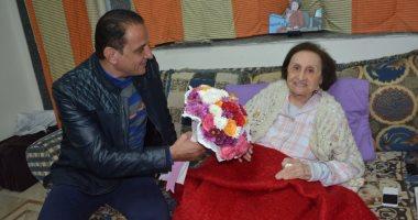 صور.. طارق علام يزور آمال فهمى فى المستشفى