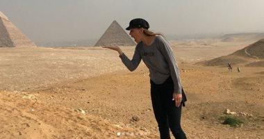 هيلارى سوانك من أمام الأهرامات: لقطات مذهلة وشكرا للمصريين على كرم الضيافة