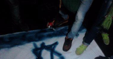 صور.. مواطنون يدهسون العلم الاسرائيلى بالأقدام على سلالم نقابة الصحفيين