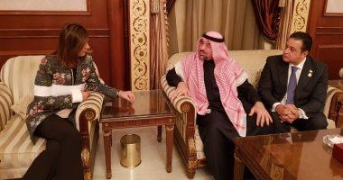 وزيرة الهجرة تلتقى محامى المواطن المصرى المعتدى عليه بالكويت