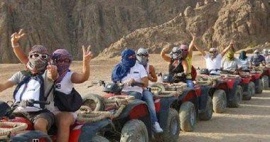 الشرطة تنقذ 11 صينيا ضلوا الطريق في رحلة سفاري بصحراء الفيوم