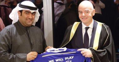 """شاهد.. رئيس """"الفيفا"""" يرتدى العباءة العربية بصحبة وزير الرياضة الكويتى"""
