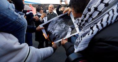 صور.. متظاهرون يحرقون العلم الأمريكى وصور ترامب أمام سفارة واشنطن بالأردن