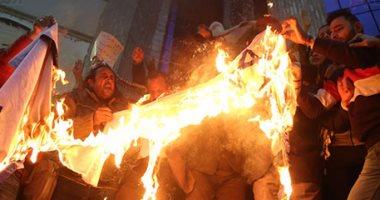 صور.. الصحفيون يحرقون علم إسرائيل خلال وقفة احتجاجية تنديدا بإعلان ترامب