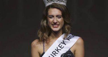 """ملكة جمال تركيا السابقة تواجه السجن لوصفها تحركات الجيش بـ""""الدورة الشهرية"""""""