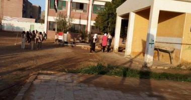 صور.. أزمة مياه الصرف الصحى تهدد بانهيار مدرسة ابتدائى فى الوادى الجديد