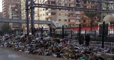 صور.. شكوى من تراكم القمامة فى مطلع كوبرى عزبة النخل الجديد