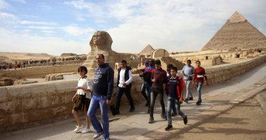المصريون والأجانب يحتفلون بعيد الأضحى فى حضرة بناة الأهرامات