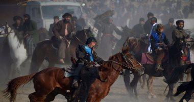 """صور.. مقاتلو الميلشيات الأفغانية يمارسون رياضة """"البوزكاشى"""" الشعبية"""