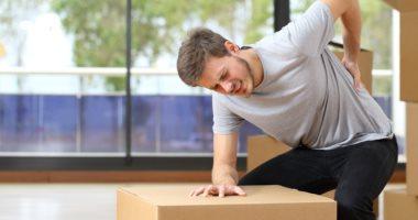 ماذا يحدث لجسمك نتيجة حمل الأشياء الثقيلة؟