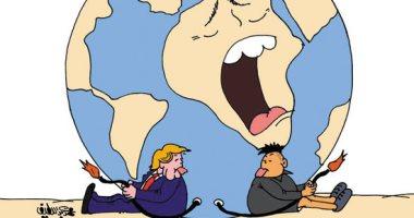 """""""المجنون"""" و""""المخبول"""" يتصارعان على تدمير الأرض.. بكاريكاتير """"اليوم السابع"""""""