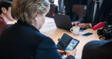 """صور.. رئيسة وزراء النرويج تلعب """"بوكيمون"""" قبل لقاء ترامب بالبيت الأبيض"""