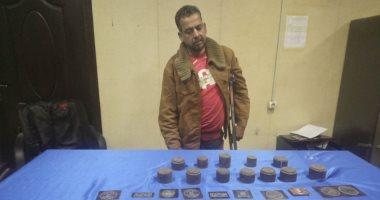 القبض على صاحب ورشة يصنع شعارات كليات الشرطة والعسكرية بالجمالية