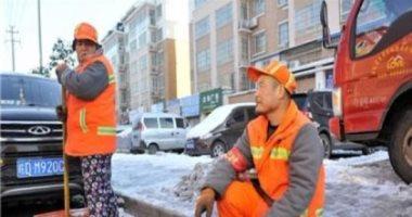 """فيديو وصور.. """"برجل واحدة"""" .. كيف نال عامل نظافة صينى احترام الجميع ؟"""