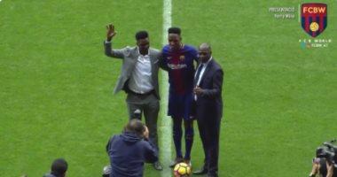 """فيديو.. والد مينا يرفض """"تغفيله بكوبرى"""" من نجله خلال تقديمه فى برشلونة"""