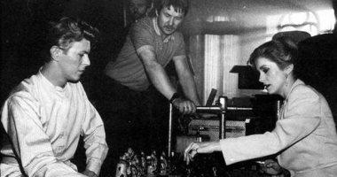 """ديفيد بوى يلعب الشطرنج مع كاترين دونوف فى كواليس """"The Hunger"""""""