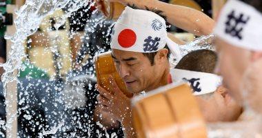 """صور.. يابانيون يتحدون الثلج عند """"آلهة الحظ"""" من أجل نجاح أعمالهم"""