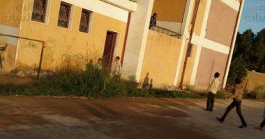 استجابة لليوم السابع.. جار إنهاء أزمة تسرب مياه الصرف لمدرسة فى الداخلة