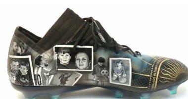 مصممة أزياء تهدى ميسى حذاءً مرسوما عليه قصة حياة اللاعب العالمى.. صور
