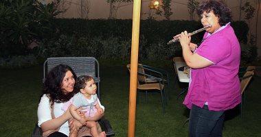 لأول مرة.. شاهد إيناس عبد الدايم وزيرة الثقافة الجديدة تعزف الفلوت لحفيدتها