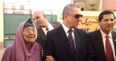 محافظ كفر الشيخ يصرف مساعدة عاجلة لسيدة مسنة استوقفته أمام مدرسة