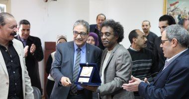 قصور الثقافة تكرم أشرف عامر لخروجه على المعاش