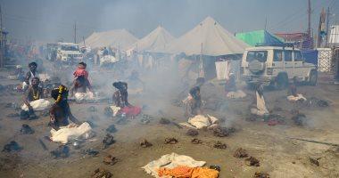 صور.. انطلاق مهرجان هندوسى بخلع الملابس استنشاق دخان روث البقر المجفف