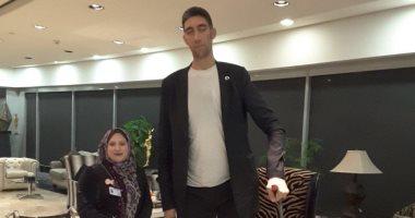 صور.. أطول رجل فى العالم يغادر القاهرة بعد الترويج للسياحة المصرية