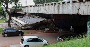 انهيار جسر شرقى الصين وتحطم سيارتين أسفله