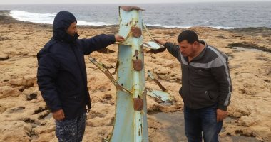 """صور.. استخراج صارى مركب الصيد """"الحاج ناصر"""" ومازال البحث عن صيادين مفقودين بليبيا"""